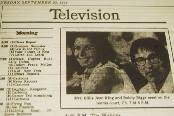 """Efter uppmärksammad kampanj med olika negativa påhopp angående tenniskvinnornas spelkvalitet, arrangerades utmanarmatcher där de bästa proffskvinnorna skulle bevisa sin standard i direkt tävlan mot en äldre man. """"Kampen mellan könen"""" fick stor massmedial uppmärksamhet och direktsändes i TV över hela USA. (The New York Times 20/9 1973)"""