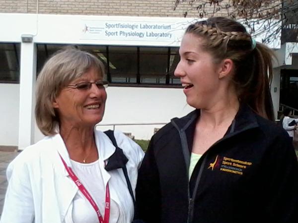 Glad student som precis fått besked om kinderkinetics-anställning i Johannesburg
