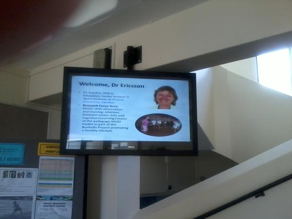 Varmt välkomnande i universitetets foajé