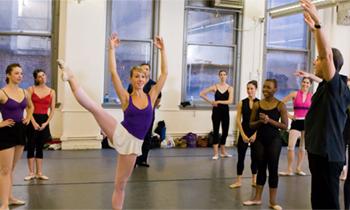 Pedagogisk och inspirerande men teorifattig lärobok för dansstudenter