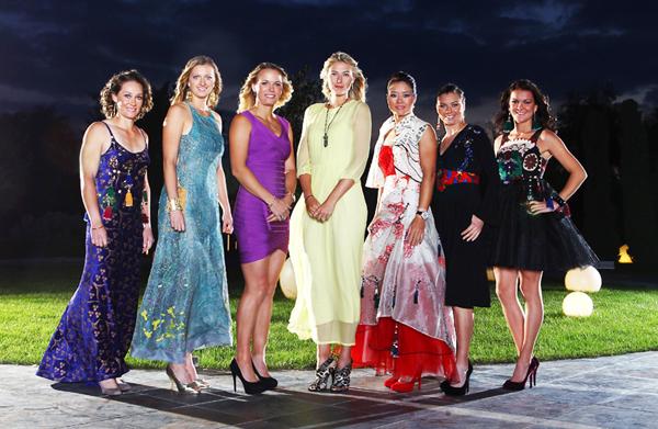 Den professionella damtennisen har under de senaste årtiondena via sin organisation WTA mycket medvetet lanserats som flärdfull och glamourrik. Bilden visar de bästa tennisspelarna i världen 2011 samlade inför ett slutspel, då det uppenbarligen ansågs naturligt att presentera kvinnorna uppklädda som fotomodeller i aftonklänningar och högklackat istället för idrottsklädsel. De tre kvinnorna i mitten är Caroline Wozniacki, Danmark, Maria Sjarapova, Ryssland och Li Na från Kina. (WTA:s hemsida och i Dagens Nyheter 26/10 2011)