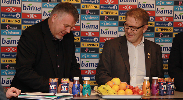 Rektor Hallgeir Gammelsæter ser til at generalsekretær Kjetil Siem har underskriften i orden. Foto: Jan Ragnvald Eide/HiMolde