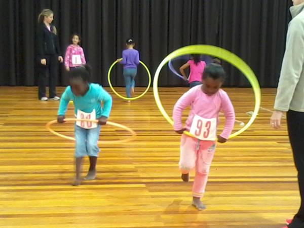 Workshop med sydafrikanska barn som prövar MUGI-uppgift 9a: Springa med rockring 15 m