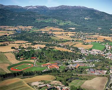 Flyfoto over Høgskoleområdet i Bø.