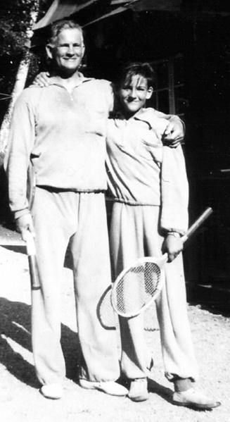 Bertil Uggla med yngste sonen Sten vid Tyresö Brevik sommaren 1945. Bild ur boken.